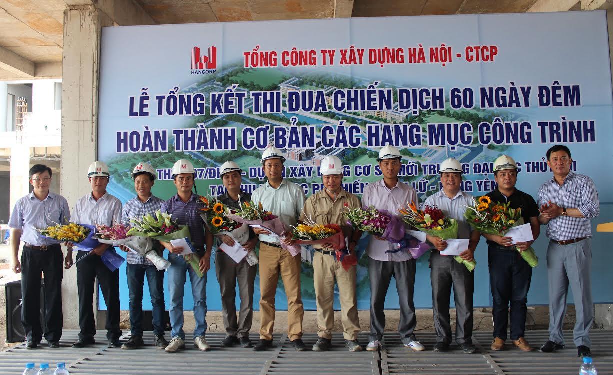 Lãnh đạo Hancorp và lãnh đạo Trường ĐHTL tặng hoa cho các đơn vị thi công
