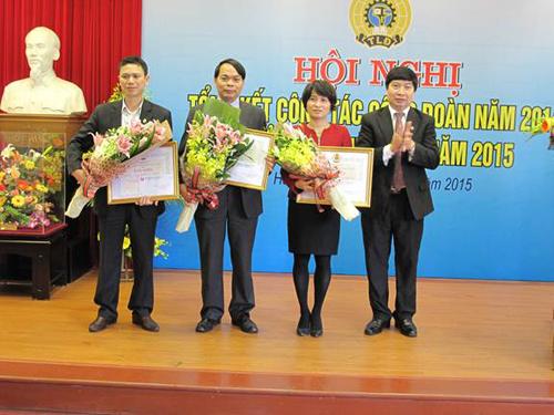 Đại diện các tập thể nhận Bằng khen của Tổng Liên đoàn Lao động Việt Nam.