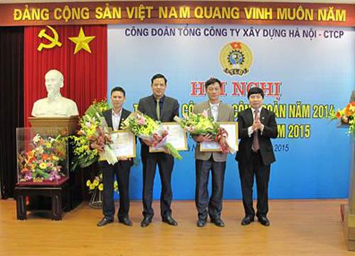Đồng chí Phạm Xuân Hải, Phó Chủ tịch Công đoàn Xây dựng Việt Nam trao Bằng khen của Tổng Liên đoàn Lao động Việt Nam cho các cá nhân có thành tích xuất sắc trong phong trào thi đua lao động giỏi và xây dựng tổ chức công đoàn vững mạnh.