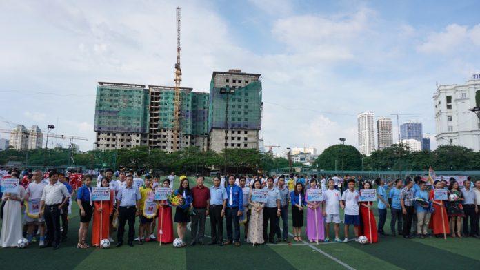 Đ/c Nguyễn Đỗ Quý - Ủy viên BTV Đảng ủy, Phó Tổng Giám đốc Hancorp và đ/c Hoàng Văn Tuyến- Chủ tịch Công đoàn Hancorp tặng quà lưu niệm và chụp ảnh cùng các đội bóng tại buổi lễ khai mạc