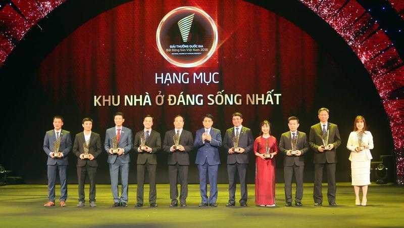 Chủ tịch UBND TP Hà Nội Nguyễn Đức Chung trao giải thưởng tại Hạng mục Khu Nhà ở đáng sống nhất.