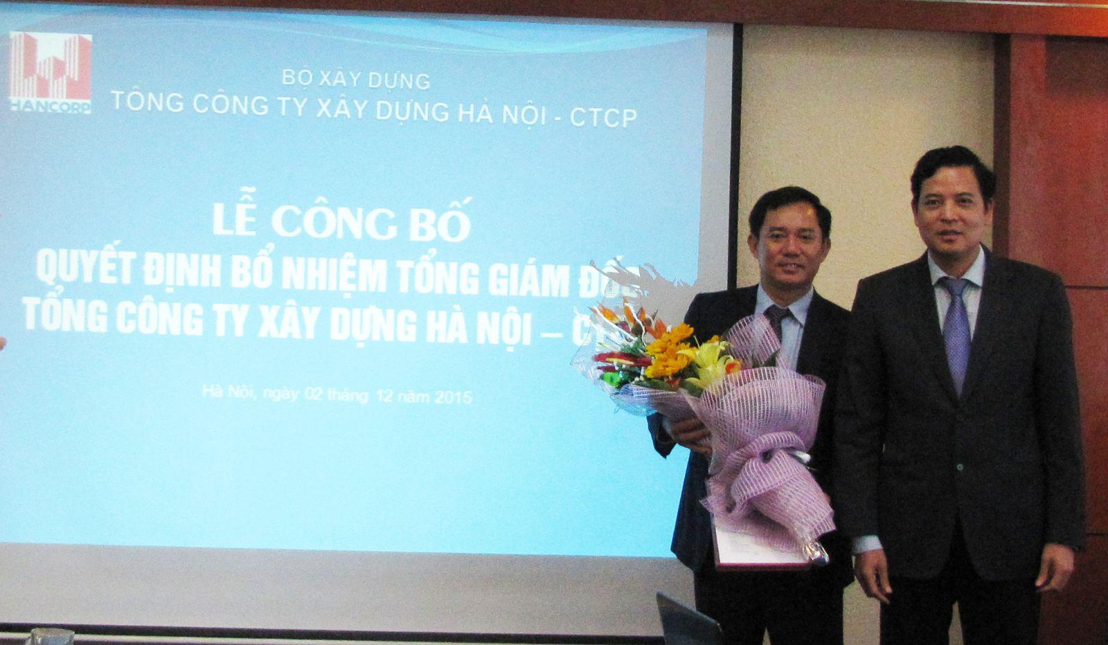 Ông Bùi Xuân Dũng - Bí thư Đảng ủy, Chủ tịch HĐQT Tổng công ty trao quyết định cho ông Đậu Văn Diện