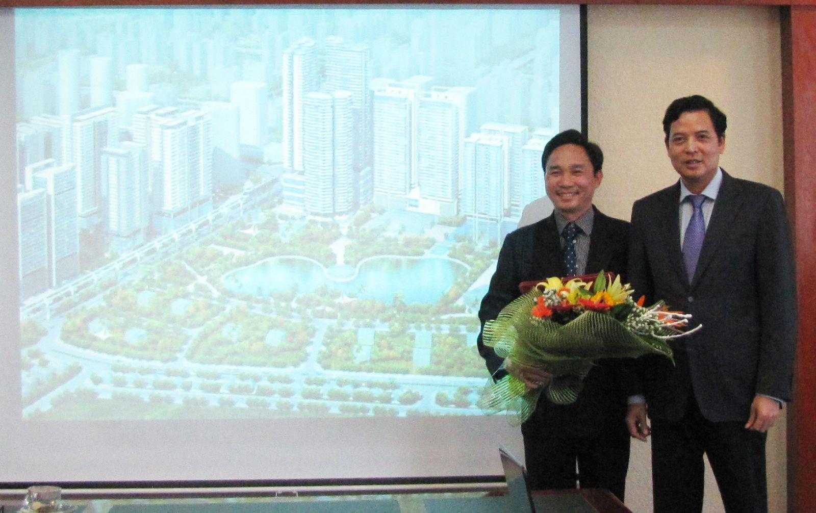 Ông Bùi Xuân Dũng - Bí thư Đảng ủy, Chủ tịch HĐQT Tổng công ty trao quyết định cho ông Trần Minh Hồng