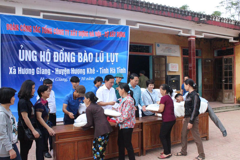 Tổng Cty Xây dựng Hà Nội trao hơn 100 suất quà cho người dân xã Hương Giang