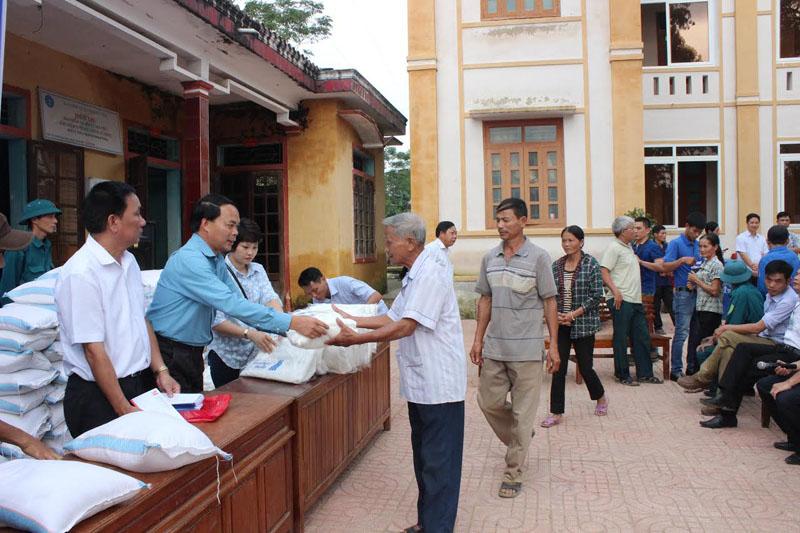 Chủ tịch Công Đoàn, Hoàng Văn Tuyến – trao quà cho người dân