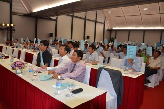 Các cổ đông dự Đại hội biểu quyết thông qua Báo cáo SXKD năm 2014 và kế hoạch SXKD năm 2015.