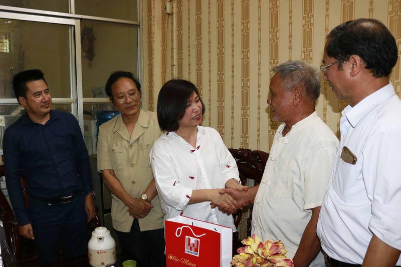 Chủ tịch Nguyễn Thị Thủy Lệ thăm hỏi, tặng quà của Bộ Xây dựng, CĐXDVN và TCty Xây dựng Hà Nội cho các cựu công nhân Sông Đà.