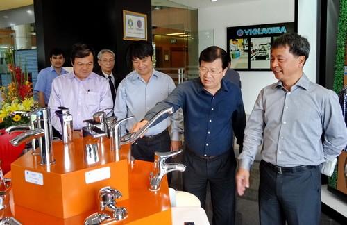 Bộ trưởng Trịnh Đình Dũng kiểm tra sản phẩm mới tại TCT Viglacera