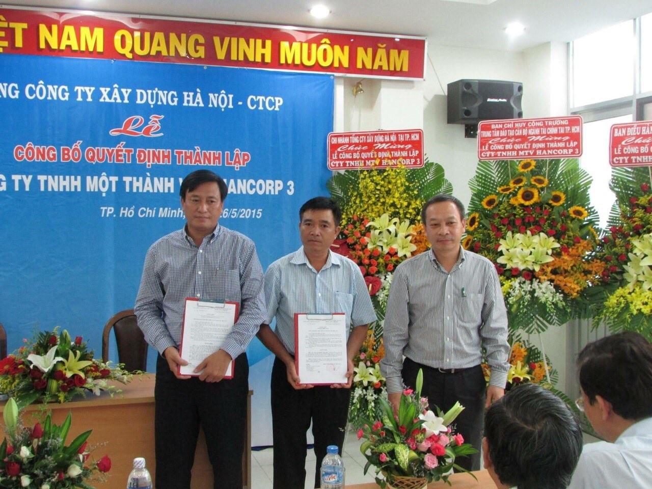 Đồng chí Nguyễn Minh Cương - Thành viên HĐQT, Phó TGĐ TCT xây dựng Hà Nội trao Quyết định cho các đồng chí trong ban lãnh đạo công ty