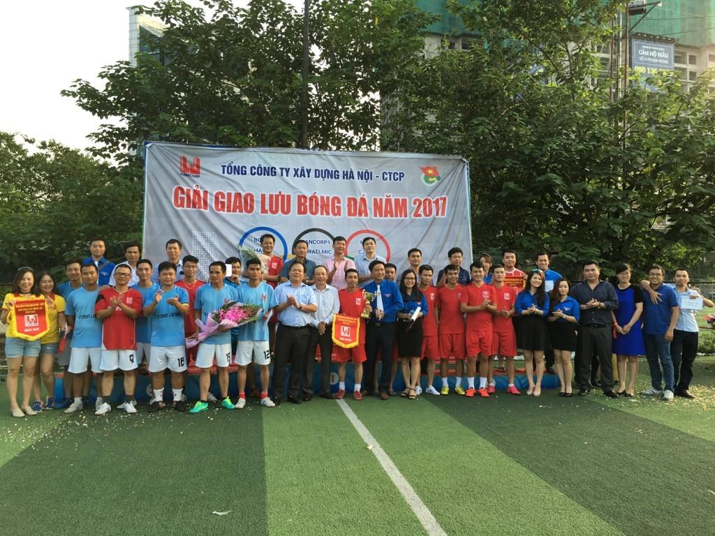 Đ/c Nguyễn Minh Cương - Phó Bí thư Đảng ủy, thành viên HĐQT, Phó TGĐ Hancorp trao Cup cho đội vô địch ICON4 tại buổi lễ bế mạc