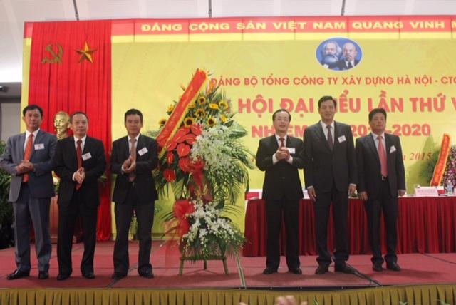 Thứ trưởng Phạm Hồng Hà tặng hoa và chức mừng thành công của Đại hội Đảng bộ Hancorp khoá VIII.