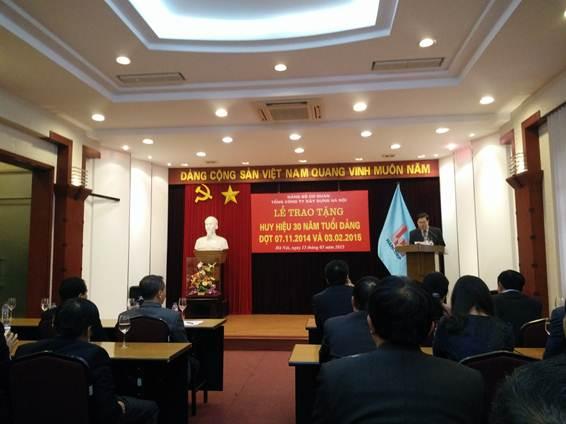 TCty Xây dựng Hà Nội trao tặng Huy hiệu 30 năm tuổi Đảng cho các đảng viên ưu tú.