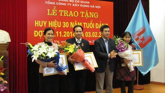 Đ/c Nghiêm Sĩ Minh - Bí thư Đảng ủy TCty Xây dựng HN trao tặng Huy hiệu 30 năm tuổi Đảng cho các đảng viên.