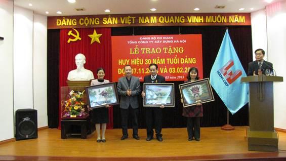 Đ/c Nguyễn Minh Cương - Bí thư Đảng bộ Cơ quan TCty Xây dựng HN tặng quà lưu niệm cho các đảng viên.