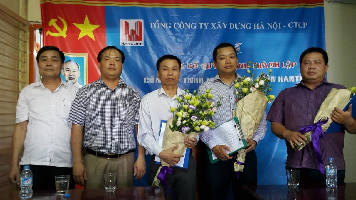 Đồng chí Nguyễn Đỗ Quý - Thành viên HĐQT, Phó TGĐ TCT xây dựng Hà Nội trao Quyết định và tặng hoa chúc mừng các đồng chí lãnh đạo công ty