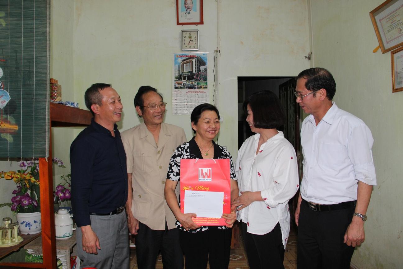 Lãnh đạo Bộ Xây dựng, Lãnh đạo Công đoàn Xây dựng Việt Nam, lãnh đạo TCty Xây dựng Hà Nội đã đến thăm, tặng quà 10 gia đình cán bộ, công nhân viên của Tổng công ty Sông Đà có nhiều thành tích tiêu biểu tham gia xây dựng Thủy điện Hòa Bình đã nghỉ hưu.