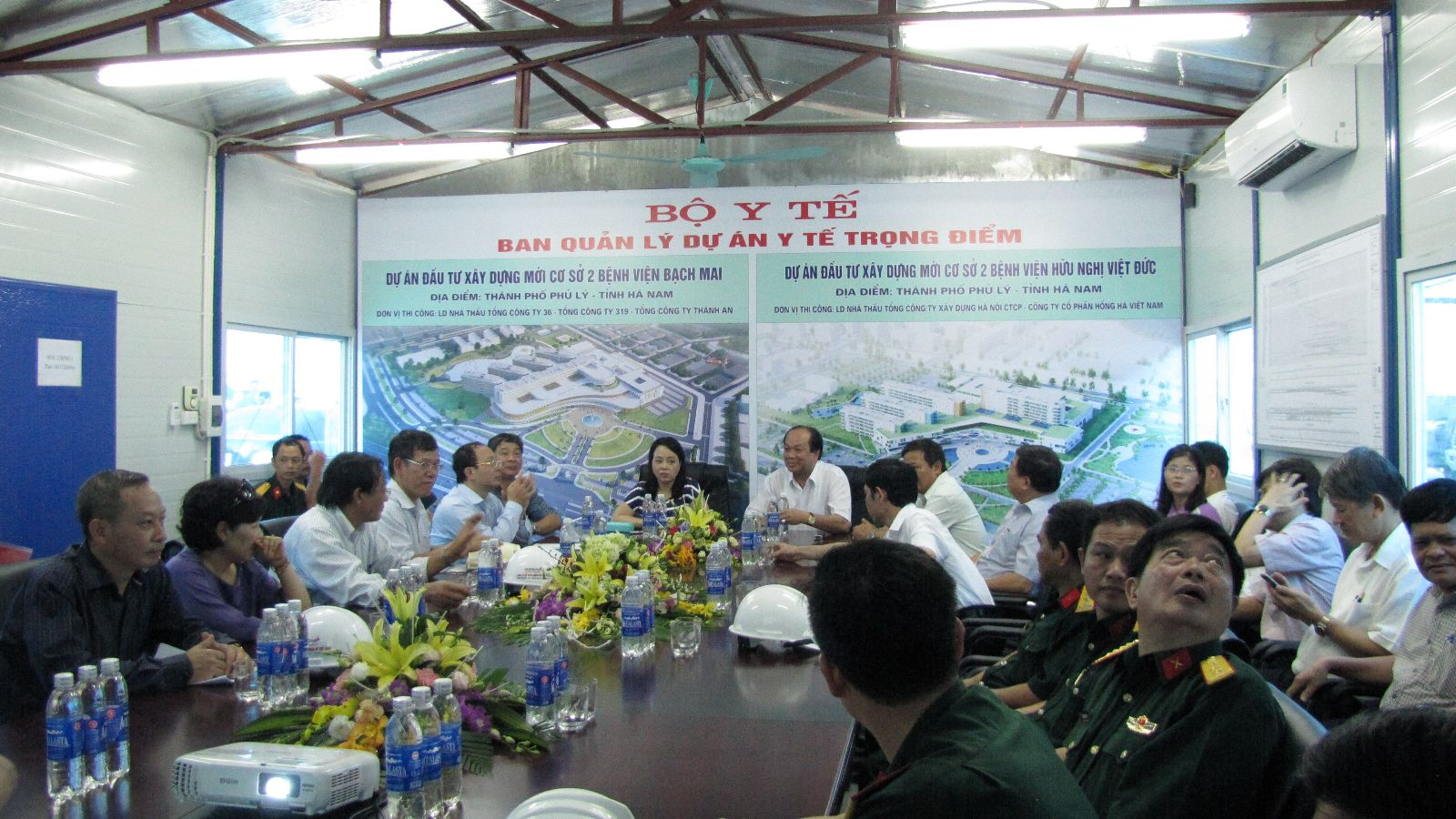Bộ trưởng Bộ Y tế nghe các đơn vị báo cáo tiến độ và kế hoạch thực hiện các gói thầu