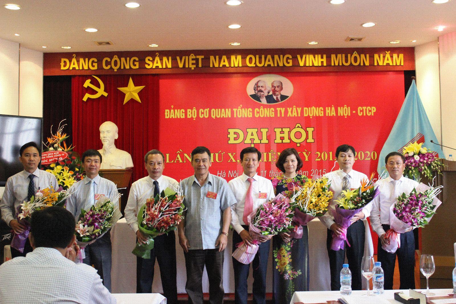 Đ/c Nghiêm Sĩ Minh – Bí thư Đảng ủy, Thành viên HĐQT TCT tặng hoa chúc mừng BCH đảng ủy Cơ quan Tổng công ty khóa X