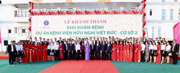 Các đại biểu chụp ảnh lưu niệm tại Bệnh viện Hữu nghị Việt Đức cơ sở 2
