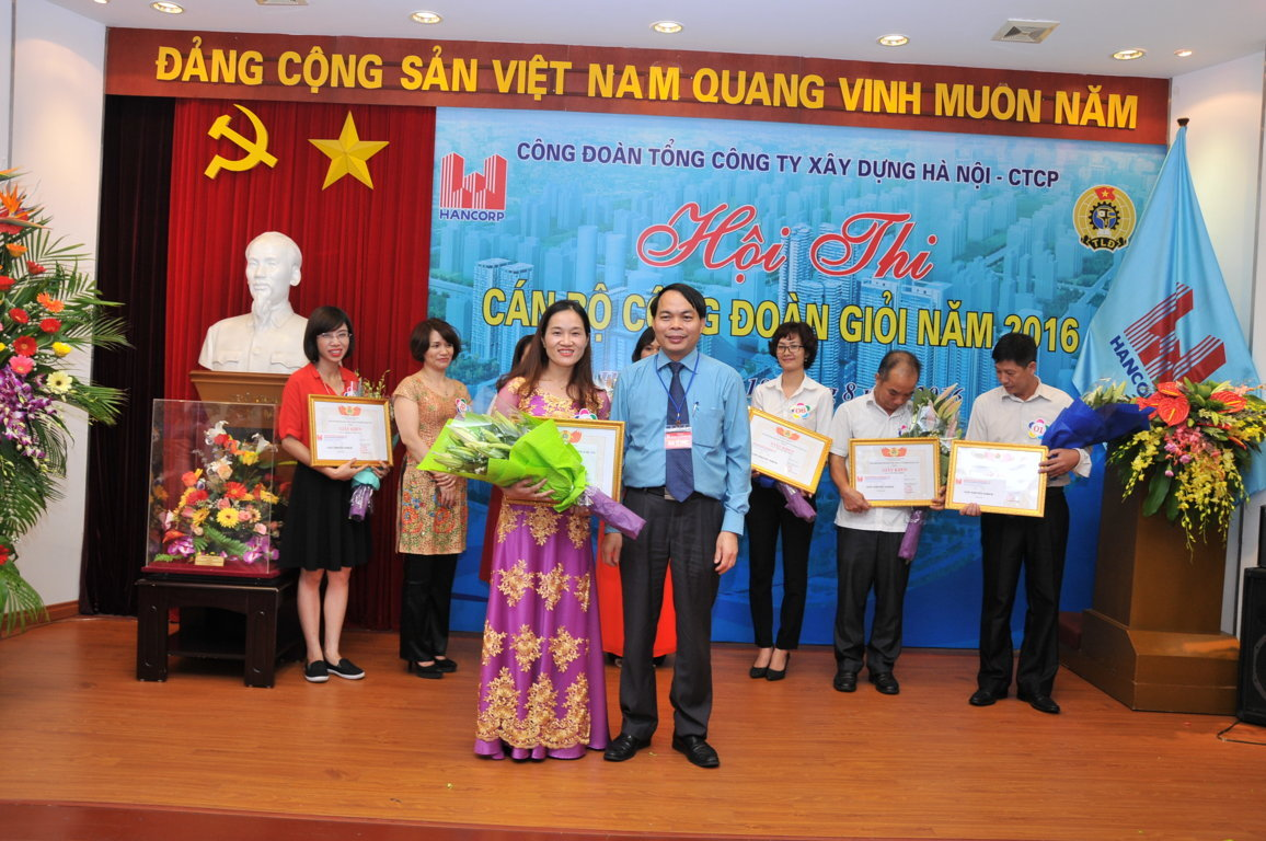 Đồng chí Hoàng Văn Tuyến - Chủ tịch Công đoàn trao giải Ba Hội thi cho cán bộ công đoàn giỏi Lê Thị Nhung - Công ty CP xây dựng Hancorp2.
