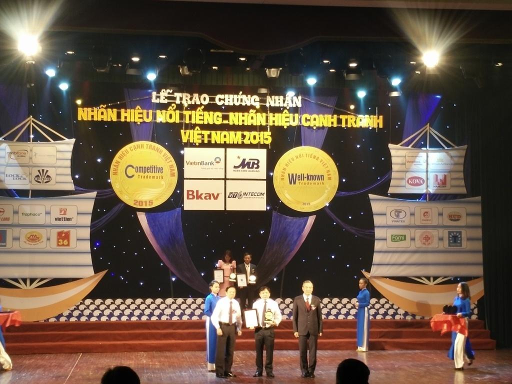 Thay mặt ban lãnh đạo Tổng công ty ông Đào Xuân Hồng, Phó Tổng giám đốc nhận Bằng chứng nhận cùng Biểu trưng Top 20 Nhãn hiệu nổi tiếng Việt Nam năm 2015