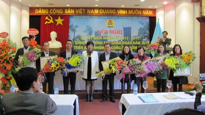Đ/c Nguyễn Thị Thủy Lệ trao bằng khen cho các tập thể và cá nhân đang có thành tích xuất sắc trong năm 2015