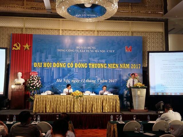 Ông Bùi Xuân Dũng - Chủ tịch HĐQT Tổng Công ty trình bày báo cáo tại đại hội