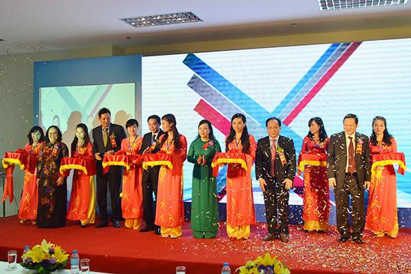 Bộ trưởng Bộ Y tế Nguyễn Thị Kim Tiến cùng các đồng chí lãnh đạo cắt băng khánh thành Khu khám bệnh Bệnh viện Nhi Trung ương ở Hà Nội