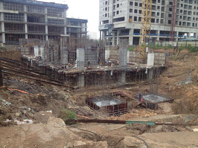 Nhiều chung cư đang thi công hầm và đổ sàn các tầng 1,2