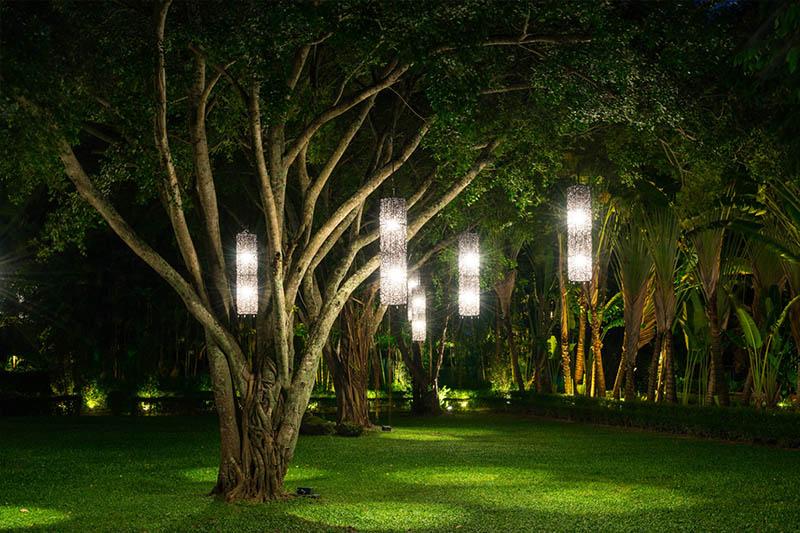 Mẫu sân vườn hiện đại, điểm nhấn là bộ đèn treo sân vườn ấn tượng
